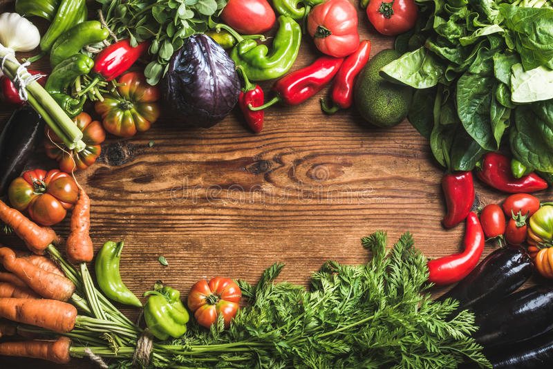 Ingredienti freschi della verdura cruda per la cottura sana o insalata che fa sopra il fondo di legno rustico, vista superiore, s fotografia stock