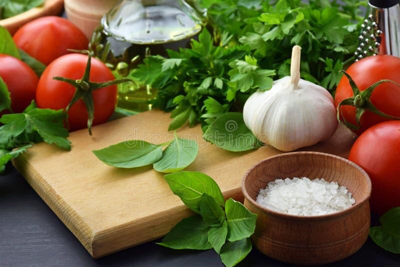 Ingredienti freschi differenti per la cottura della pasta italiana, spaghetti immagine stock