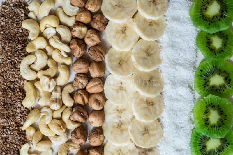 Ingredienti freschi per un kiwi crudo sano della prima colazione dell'alimento, i fiocchi della noce di cocco, gli anacardii e le immagini stock