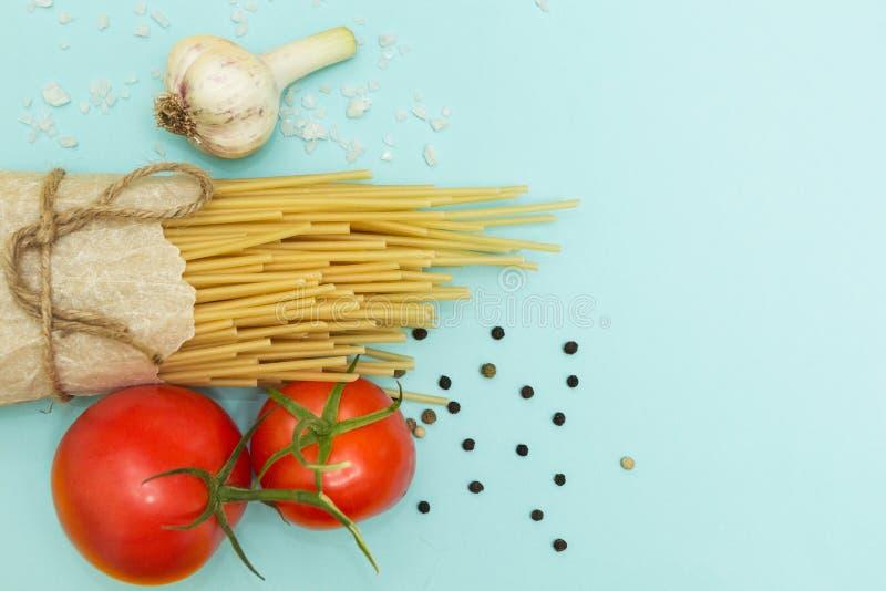 Ingredienti italiani dei maccheroni su un fondo del turchese, vista superiore, spazio della copia fotografia stock libera da diritti