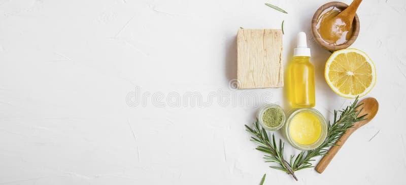 Ingredienti naturali dello skincare con il miele di manuka, il limone, il petrolio essenziale, l'argilla, il balsamo, le erbe dei fotografie stock