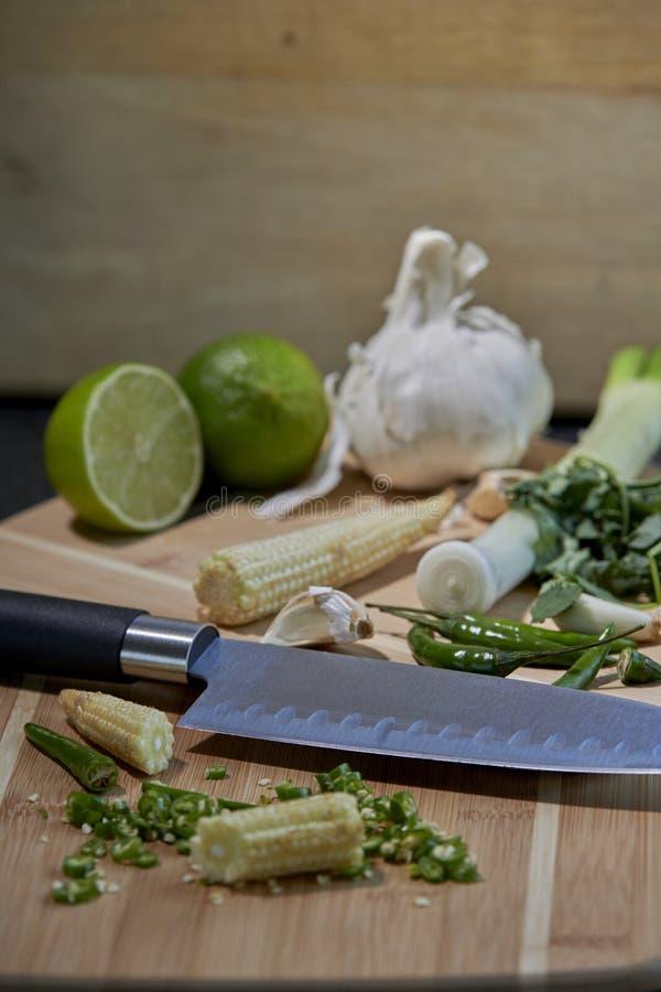 Ingredienti naturali per la frittura o il curry di scalpore con fondo rustico immagini stock libere da diritti