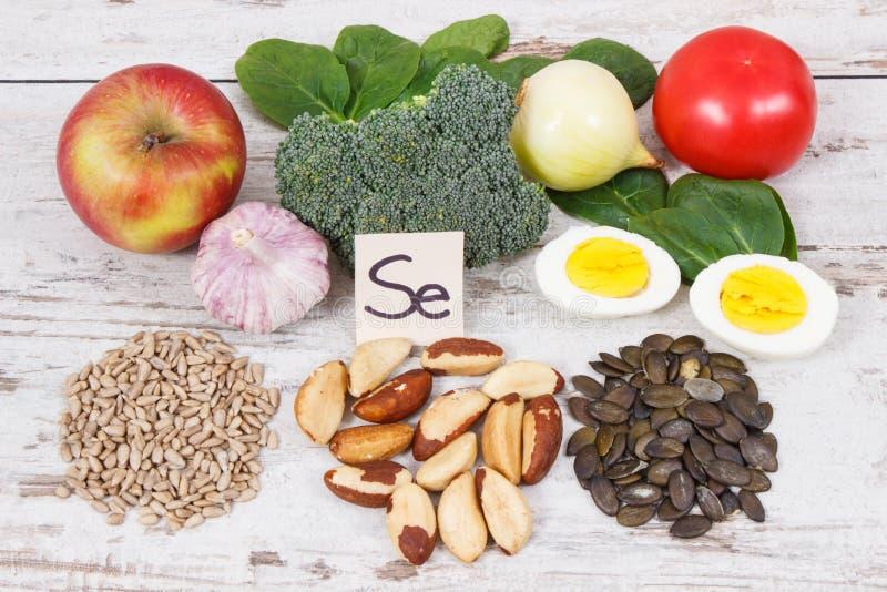 Ingredienti o prodotti naturali come il selenio di fonte, le vitamine, i minerali e fibra dietetica fotografie stock libere da diritti