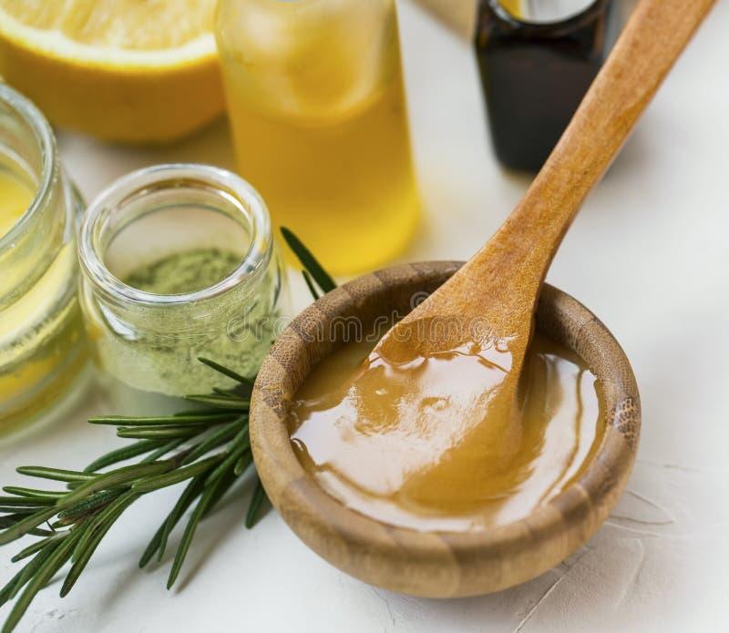 Ingredienti organici dello skincare con l'erba del miele, dei petroli, dell'argilla e dei rosmarini di manuka, primo piano del mi immagine stock libera da diritti