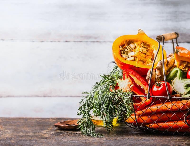 Ingredienti organici stagionali delle verdure di vario autunno: zucca, carota, paprica, pomodori, merce nel carrello dello zenzer fotografia stock libera da diritti