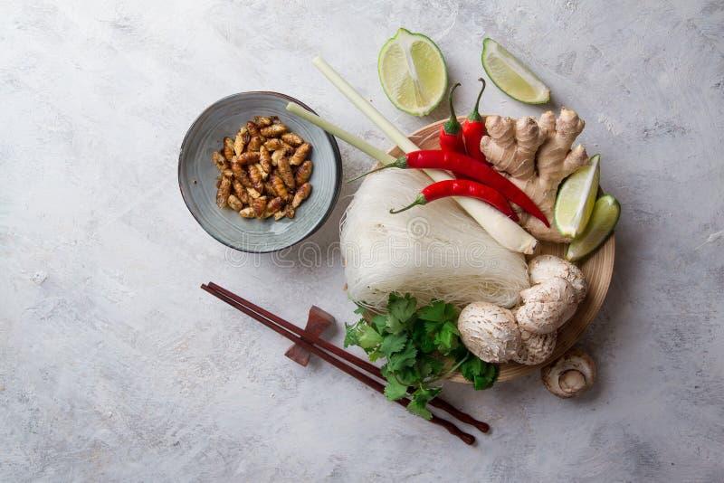 Ingredienti per alimento asiatico piccante con l'insetto fritto immagini stock