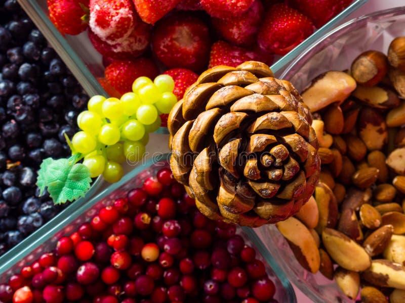 Ingredienti per i dadi sani di una prima colazione, bacche, frutti, alimento per cuore, ricco con i resveratroli, vitamina, vista fotografia stock libera da diritti