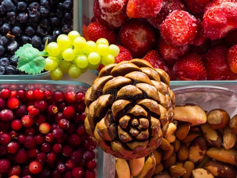 Ingredienti per i dadi sani di una prima colazione, bacche, frutti, alimento per cuore, ricco con i resveratroli, vitamina, vista fotografia stock