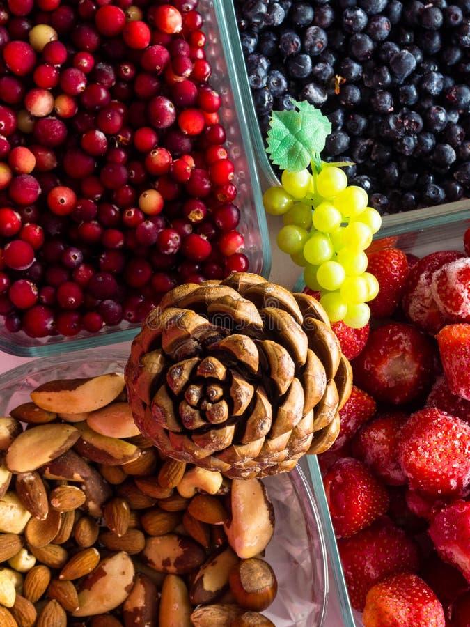 Ingredienti per i dadi sani di una prima colazione, bacche, frutti, alimento per cuore, ricco con i resveratroli, vitamina, vista immagini stock libere da diritti
