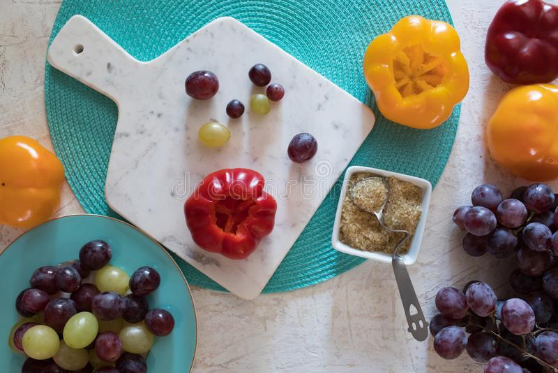 Ingredienti per i peperoni marinati del pomodoro riempiti di uva fotografia stock