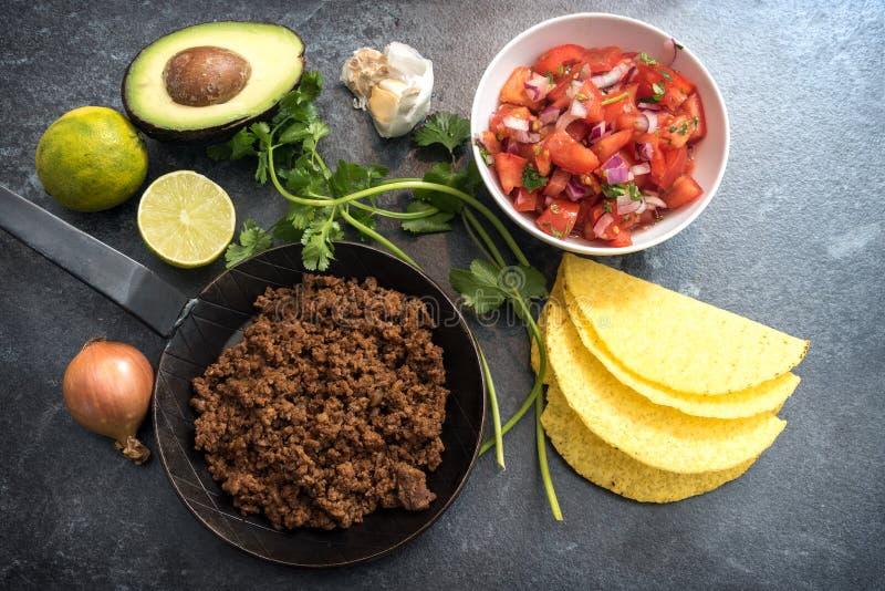 Ingredienti per i taci messicani con i pomodori e il avo arrostiti del manzo immagini stock