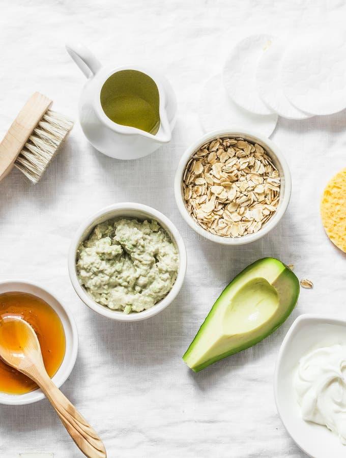 Ingredienti per l'idratazione, nutrendo, maschera di protezione antinvecchiamento della grinza - avocado, olio d'oliva, farina d' fotografia stock libera da diritti
