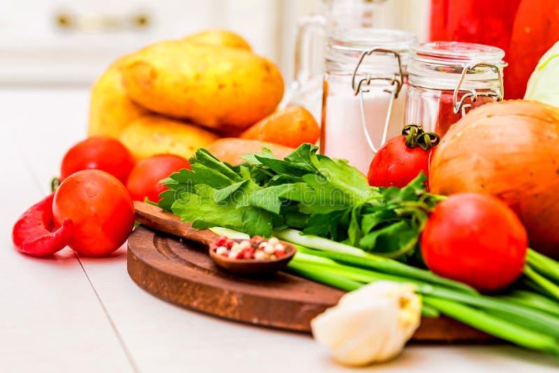 Ingredienti per la cottura del borscht, minestra russa della barbabietola fotografie stock libere da diritti