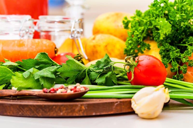 Ingredienti per la cottura del borscht, minestra russa della barbabietola immagini stock libere da diritti