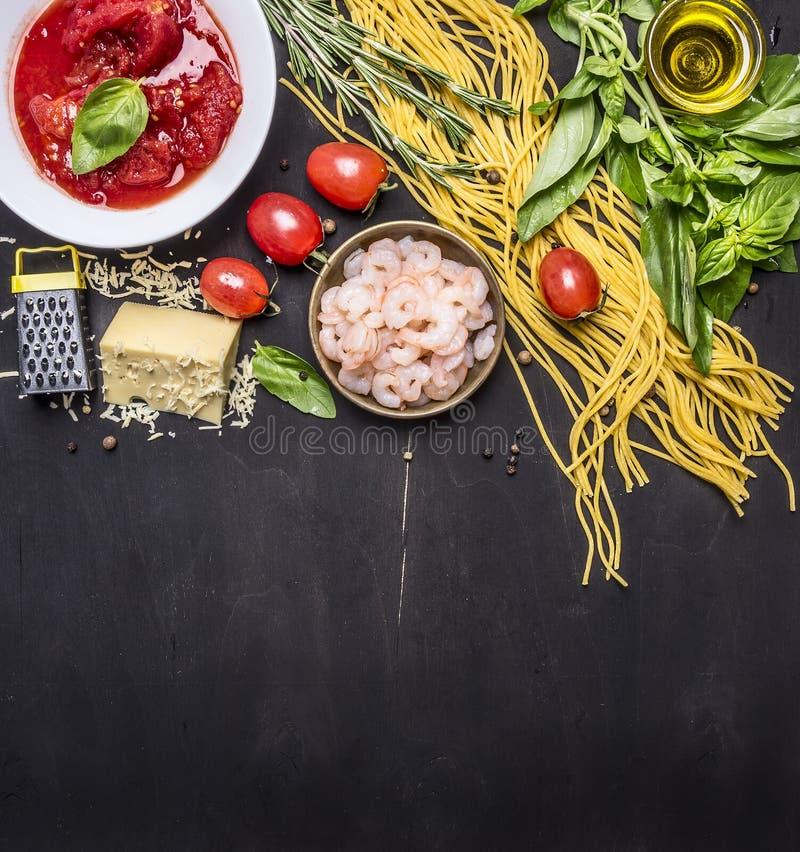 Ingredienti per la cottura della pasta con gamberetto, erbe, pomodori, formaggio, pomodori in proprio confine del succo, posto pe immagini stock libere da diritti