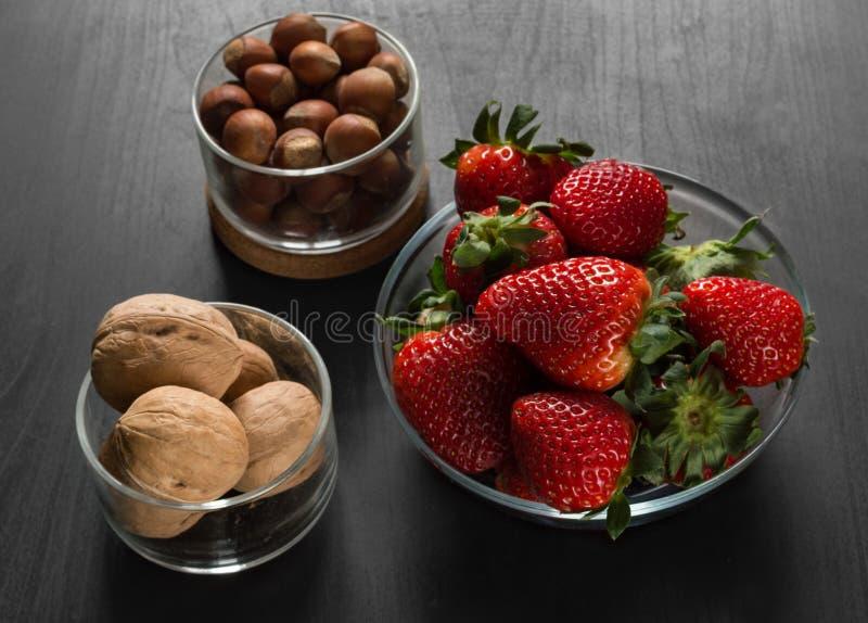 Ingredienti per la cottura, prima colazione, in ciotole di vetro trasparenti, fragole fotografie stock