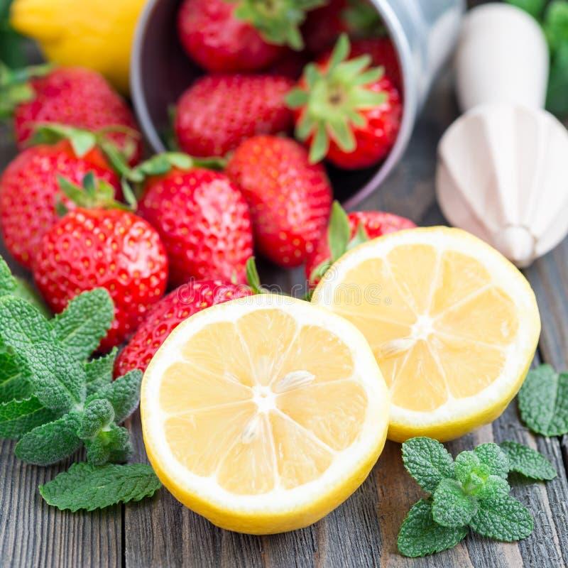 Ingredienti per la limonata casalinga su una tavola di legno, formato quadrato della fragola immagini stock libere da diritti