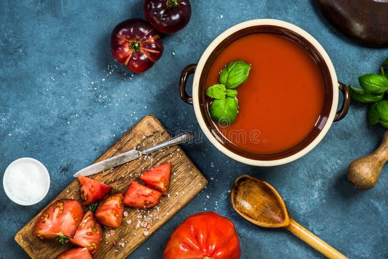 Ingredienti per la minestra perfetta del pomodoro o di zuppa di verdure fredda immagini stock