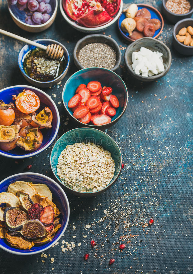 Ingredienti per la prima colazione vegetariana sana sopra il fondo blu scuro del compensato immagine stock libera da diritti