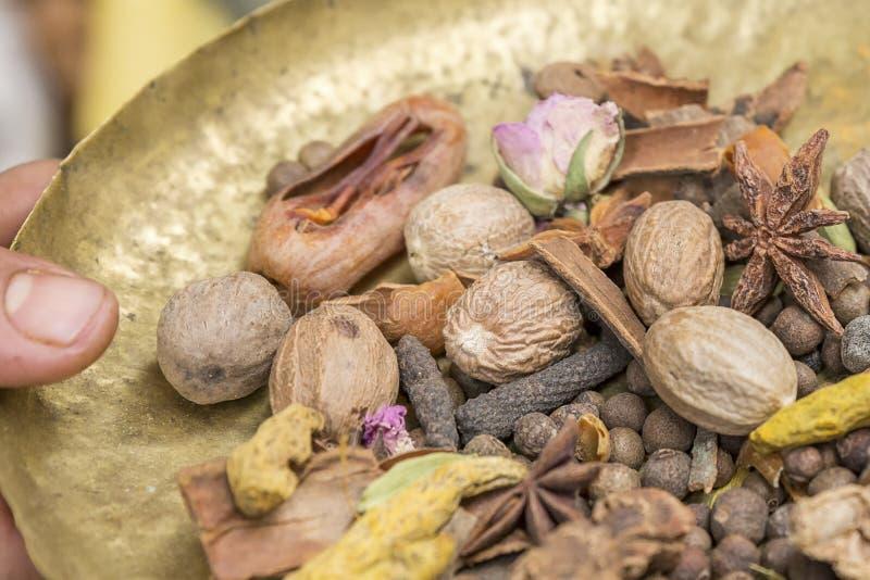 Ingredienti per la spezia orientale Ras el Hanout fotografia stock