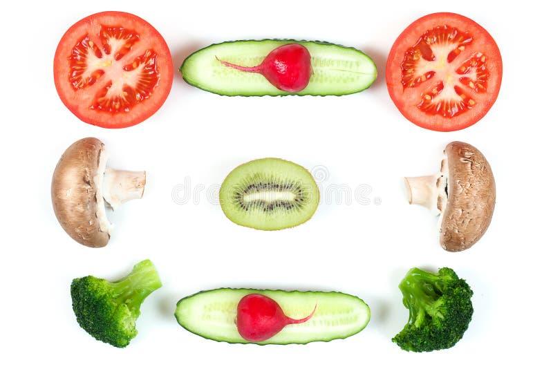 Ingredienti per pizza casalinga su fondo bianco Vista superiore Ingredienti per insalata, funghi delle fette, pomodori delle fett immagini stock libere da diritti