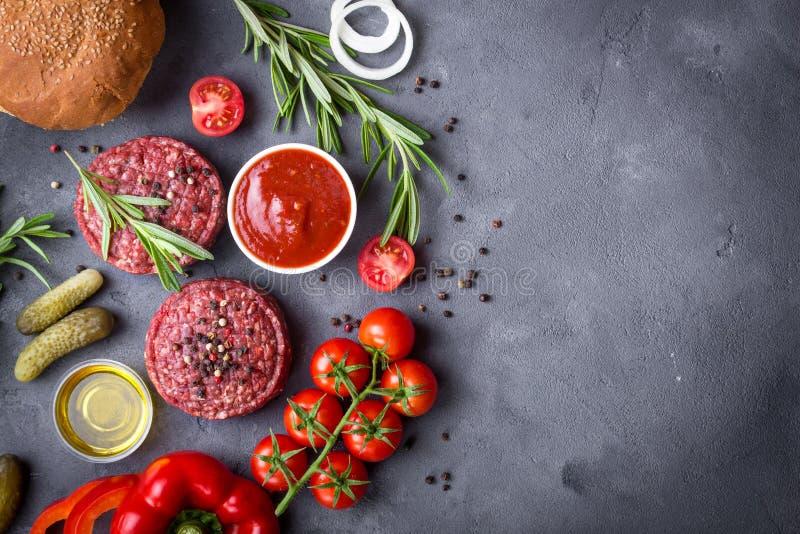 Ingredienti per produrre hamburger fotografia stock libera da diritti