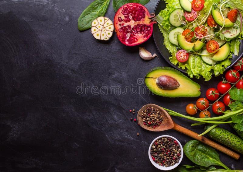 Ingredienti per produrre insalata immagini stock libere da diritti