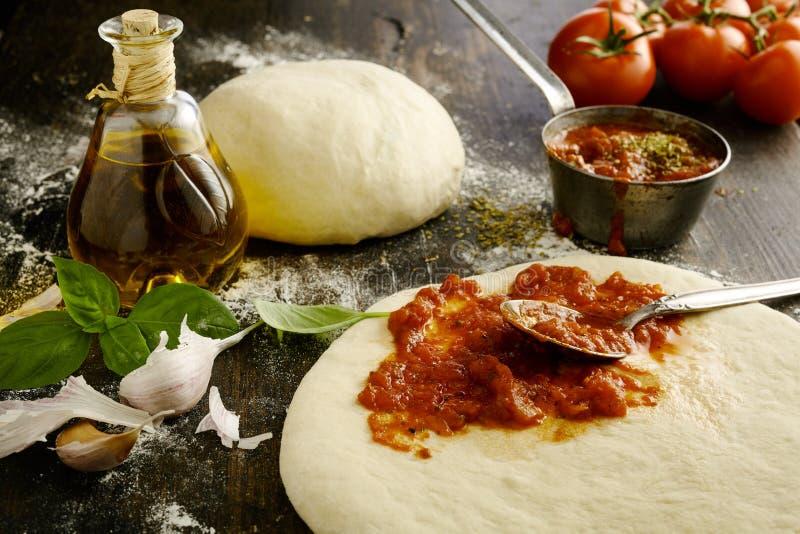 Ingredienti per una pizza italiana casalinga deliziosa fotografia stock libera da diritti