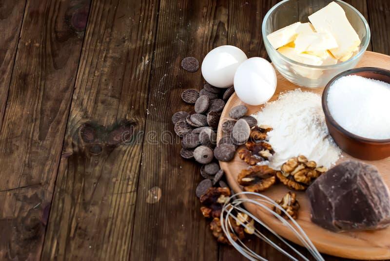 Ingredienti per una serie di brownie casalingo del dolce di cioccolato fotografia stock libera da diritti