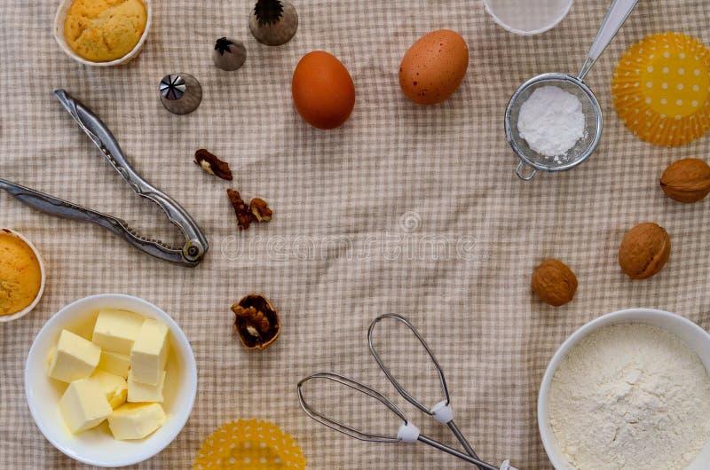 Ingredienti, prodotti per produrre i muffin Spazio libero per il vostro testo immagine stock libera da diritti