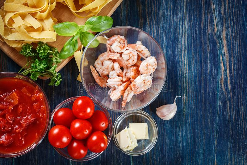 Ingredienti pronti per la preparazione della pasta del pappardelle con gamberetto, t immagine stock
