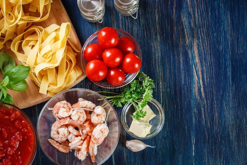 Ingredienti pronti per la preparazione della pasta del pappardelle con gamberetto, t fotografie stock libere da diritti