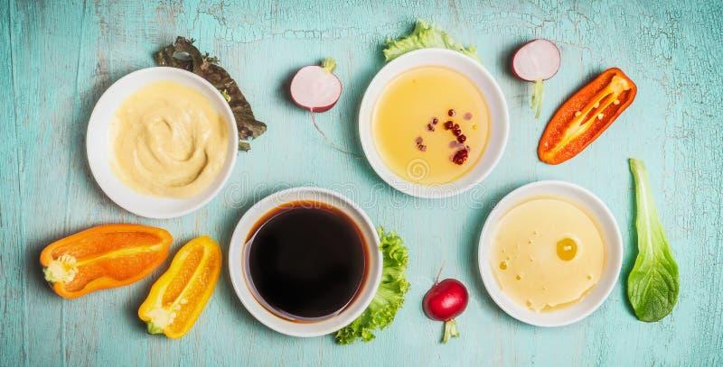 Ingredienti sani del condimento dell'insalata in ciotole: balsamico, senape, olio d'oliva e miele, vista superiore fotografia stock libera da diritti