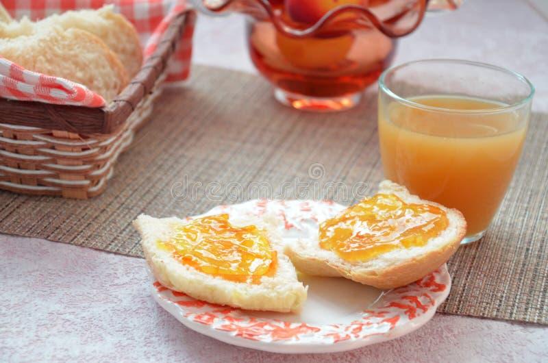 Ingredienti sani della prima colazione Ciotola di granola dell'avena bella prima colazione saporita fresca sulla tavola Pane tost immagini stock