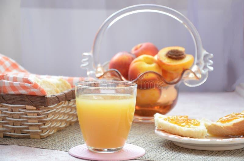 Ingredienti sani della prima colazione Ciotola di granola dell'avena bella prima colazione saporita fresca sulla tavola Pane tost fotografia stock