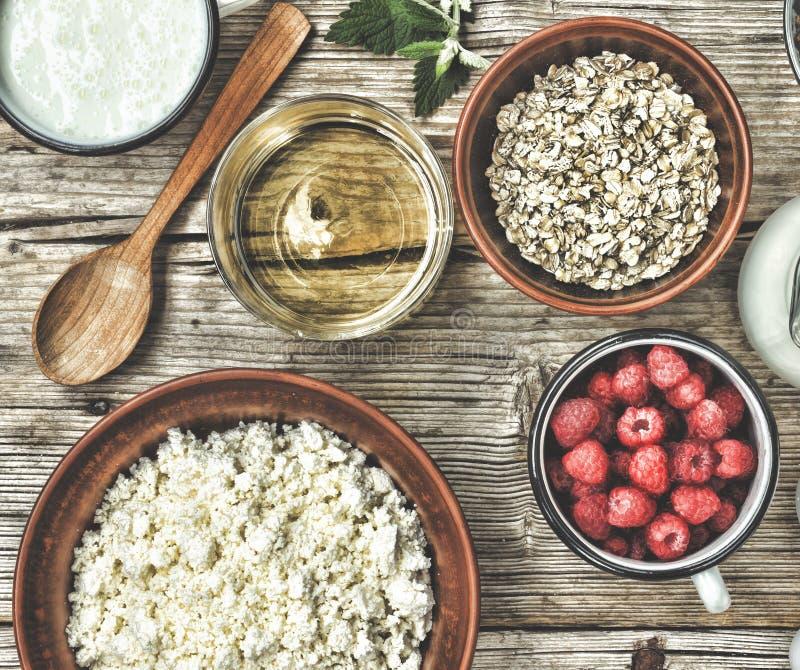 Ingredienti sani della prima colazione per i muesli o granola in di ciotole colorate multi Vista superiore immagini stock