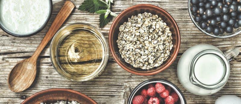 Ingredienti sani della prima colazione per i muesli o granola in di ciotole colorate multi Vista superiore fotografie stock