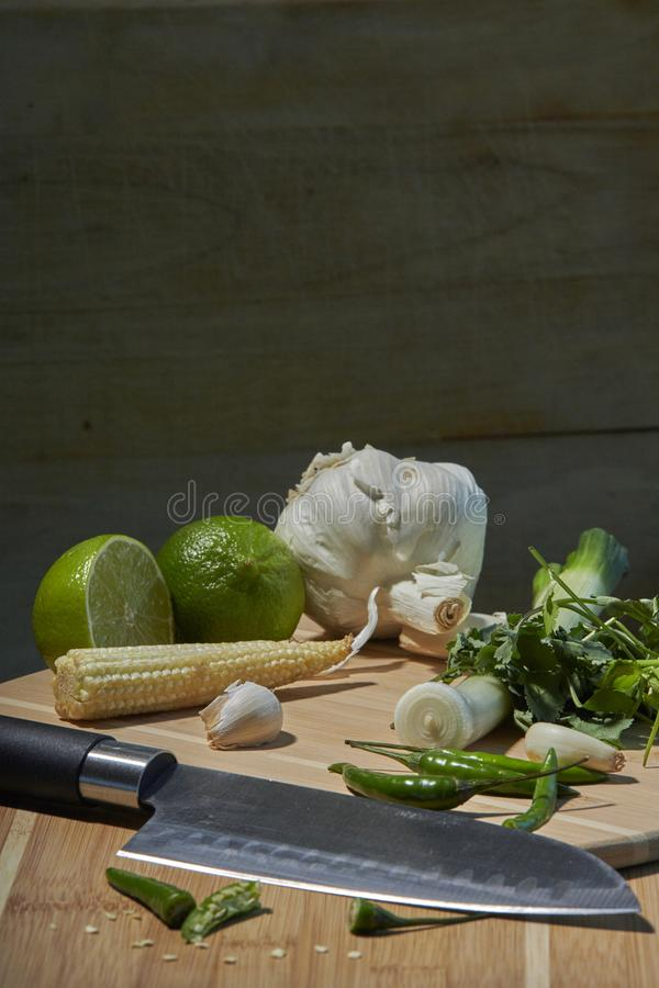 Ingredienti tailandesi per la frittura o il curry di scalpore con fondo rustico immagini stock libere da diritti