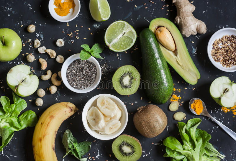Ingredienti verdi del frullato Cottura dei frullati sani della disintossicazione Su una priorità bassa scura fotografia stock libera da diritti