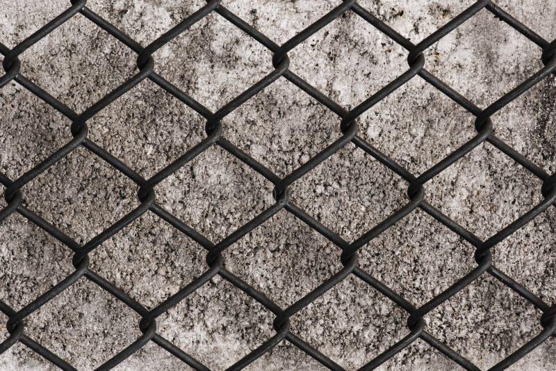 Ingrepp för rostfritt stålsäkerhetstråd med mortelväggen i baksidan arkivfoto