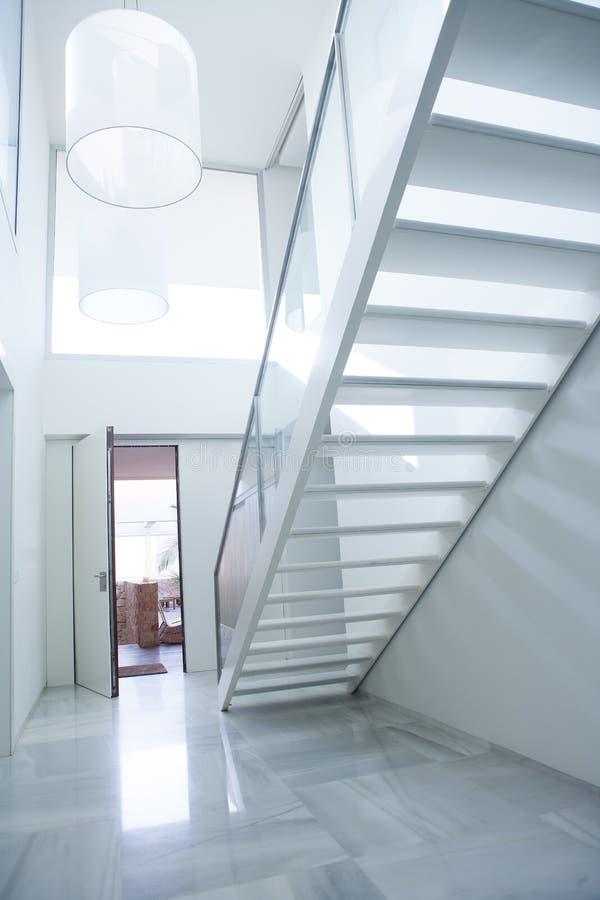 Ingresso bianco moderno dell 39 atrio della casa con le scala for Ingresso casa moderno