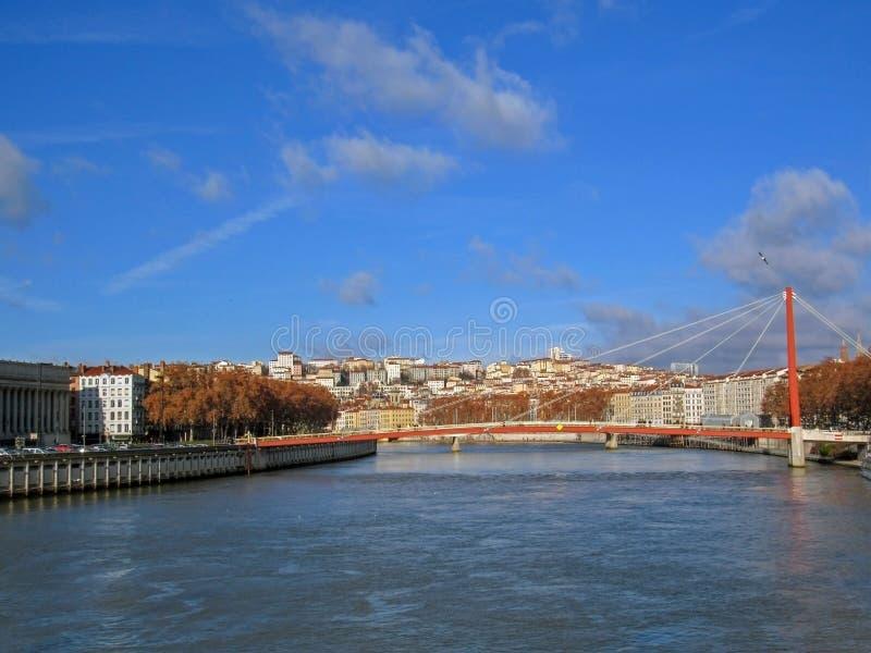 Ingresso Courthouse Palais de Justice ed il suoi singoli pilone e cavi del ponte a Lione, Francia, Europa immagine stock