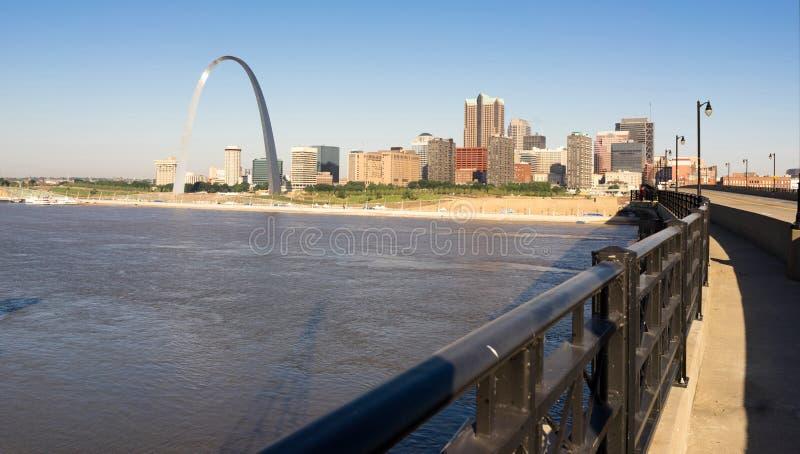 Ingresso dell'arco della st Louis Missouri Downtown City Skyline ad ovest fotografia stock libera da diritti