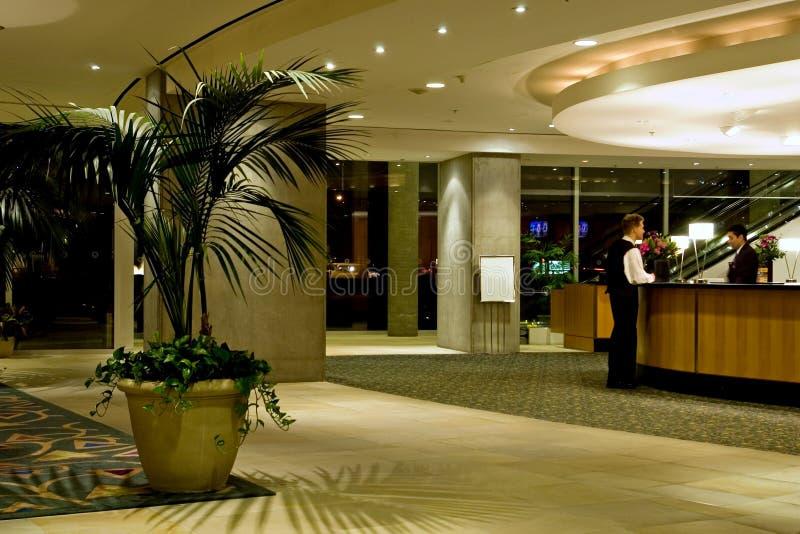 Download Ingresso dell'hotel immagine stock. Immagine di portiere - 450547