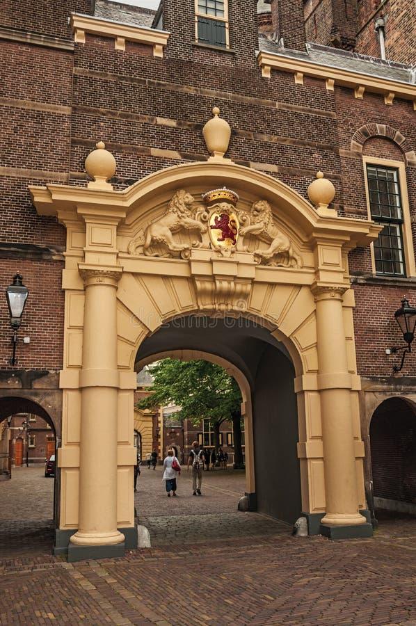 Ingresso nel cortile interno degli edifici pubblici gotici di Binnenhof a L'aia immagini stock