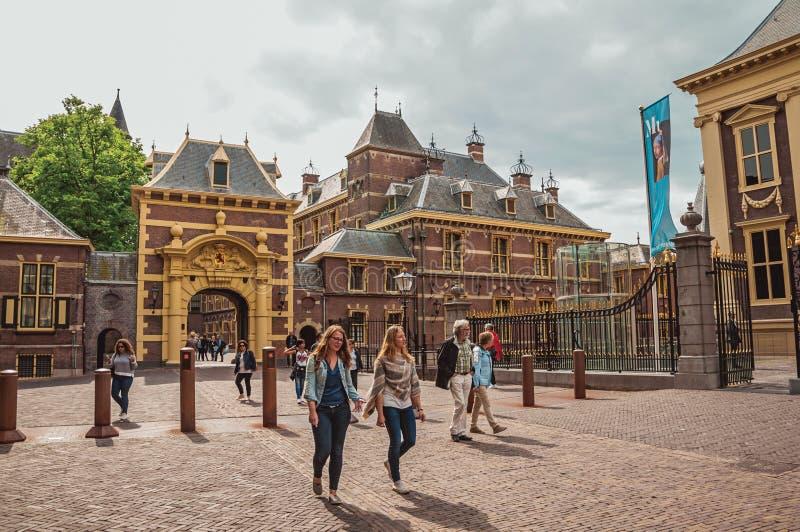 Ingresso nel cortile interno degli edifici pubblici gotici di Binnenhof a L'aia fotografie stock