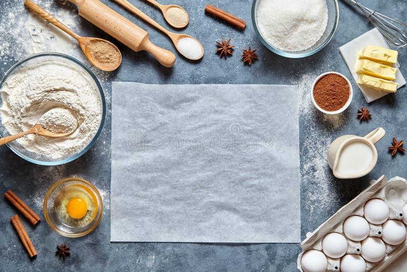 Ingridients do pão caseiro da receita da preparação da massa, da pizza ou da torta, configuração do plano do alimento fotografia de stock royalty free