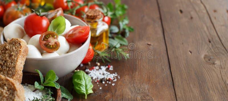 Ingridients italiani per insalata caprese immagine stock libera da diritti