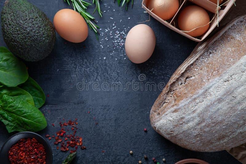 Ingridients per cucinare Verdure fresche e organiche, pane del glutine, uova di eco e prezzemolo liberi verdure della molla sulla fotografie stock libere da diritti