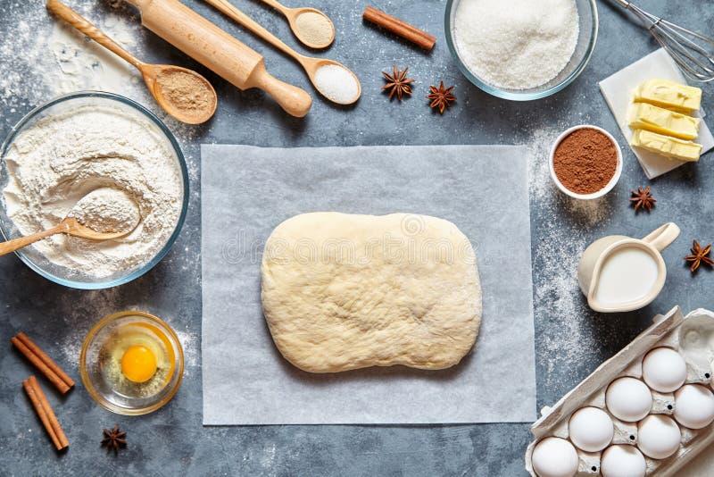 Ingridients traditionnels faits maison de pain, de pizza ou de tarte de recette de préparation de la pâte, configuration d'appart photographie stock libre de droits